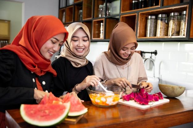 Trzy kobiety w hidżabie lubią przygotowywać jedzenie na szybki przełom