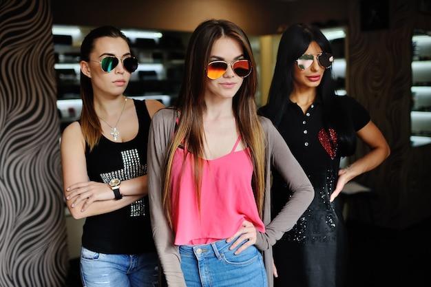 Trzy kobiety w okularach przeciwsłonecznych