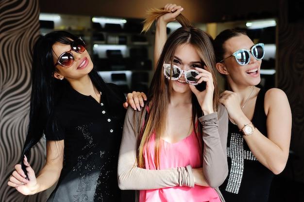 Trzy kobiety w okularach śmiechu