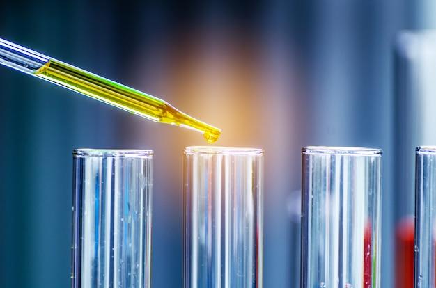 Trzy kolby erlenmeyera, szkło na badania i rozwój laboratoriów naukowych