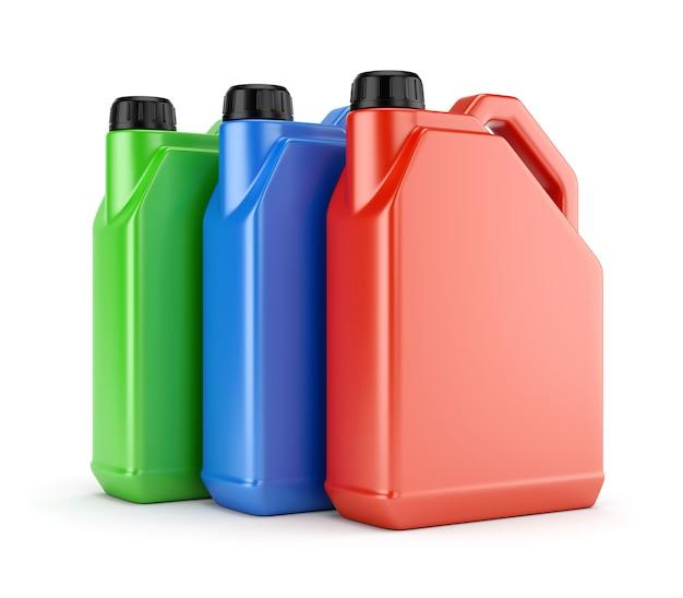 Trzy kolorowe plastikowe kanistry