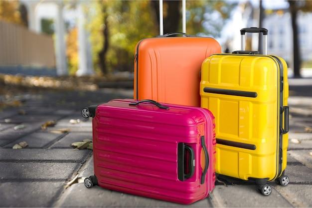 Trzy kolorowe walizki, koncepcja podróży