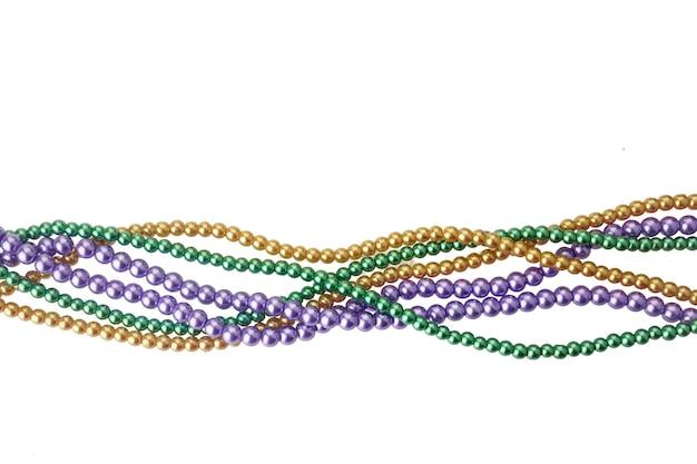 Trzy kolory koralików mardi gras do dekoracji na białym tle ob białym tle