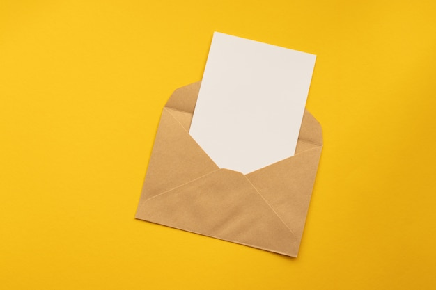 Trzy koperty kraft papieru na czerwonym tle szablonu.