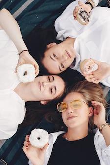 Trzy ładne dziewczyny w letnim parku
