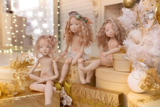 Trzy lalki wykonane ręcznie z tkanin są bardzo podobne do żywych ludzi