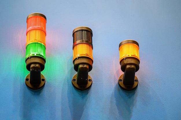 Trzy lampy ostrzegawcze o pracy urządzeń przemysłowych.