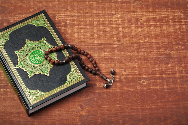 Trzy miesiące. islamska święta księga koran z różańcem. koncepcja ramadanu