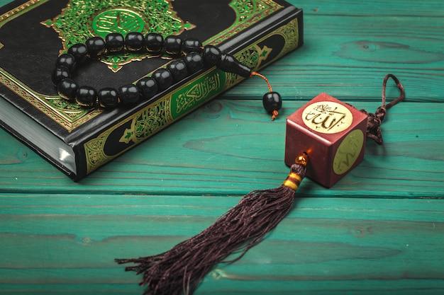 Trzy miesiące. islamska święta księga koran z różańcem.