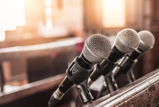 Trzy mikrofony były w kościele.