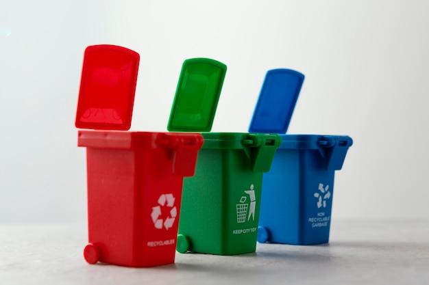 Trzy miniaturowe kosze na śmieci