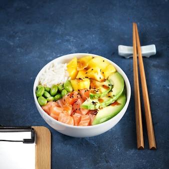 Trzy miski poke podpalany łosoś szarpana wieprzowina wegańska alternatywa makaron ryżowy heura z białkiem