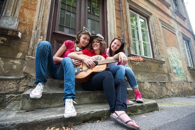 Trzy Młode Dziewczyny Z Gitarą Premium Zdjęcia