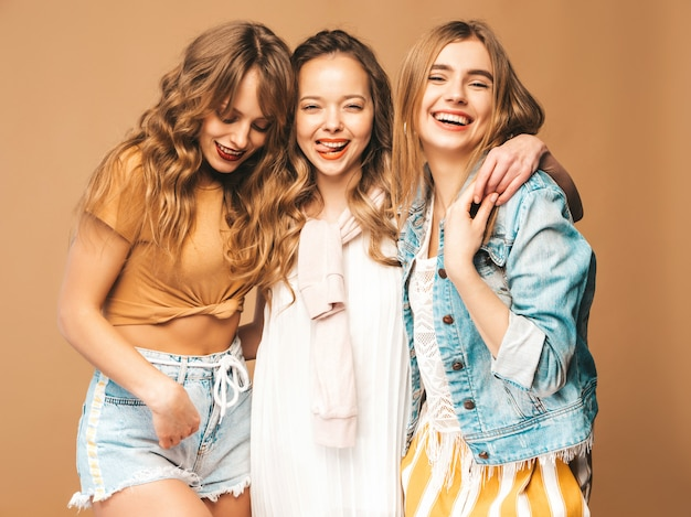 Trzy młode piękne uśmiechnięte dziewczyny w modne letnie ubrania casual. seksowny beztroski kobiet pozować. pozytywne modele