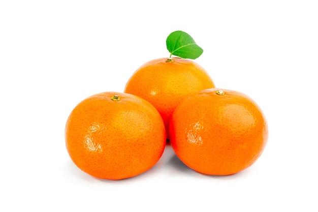 Trzy odizolowane mandarynki na białym tle.