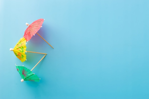Trzy parasole koktajlowe