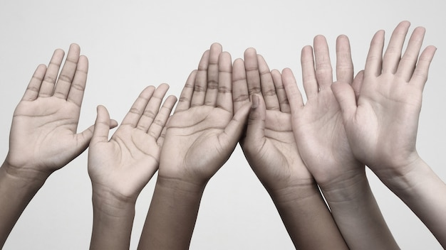 Trzy pary rąk uniesionych do góry