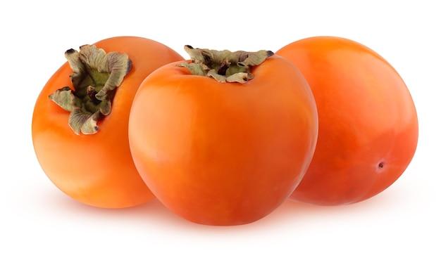 Trzy persymony na białym tle na białym tle. całe owoce miodu.