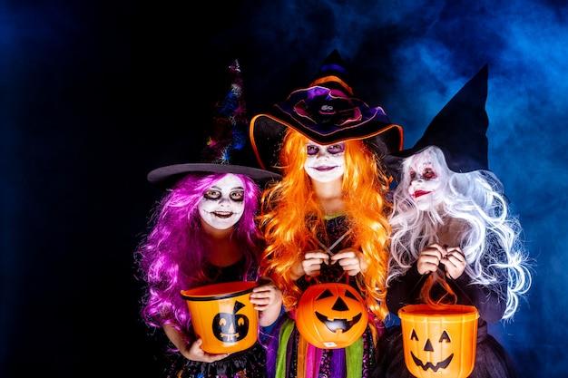 Trzy piękna dziewczyna w stroju czarownicy