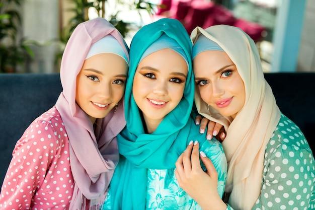 Trzy piękne młode kobiety w strojach muzułmańskich