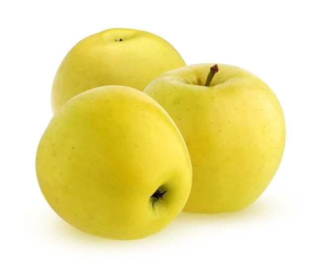 Trzy pojedyncze żółte jabłka. całe owoce. dojrzałe jabłka na białym tle na białej powierzchni ze ścieżką przycinającą.