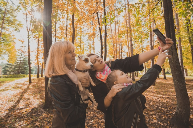 Trzy pokolenia kobiet i psów czują się dobrze, patrząc na aparat pozujący do autoportretu razem