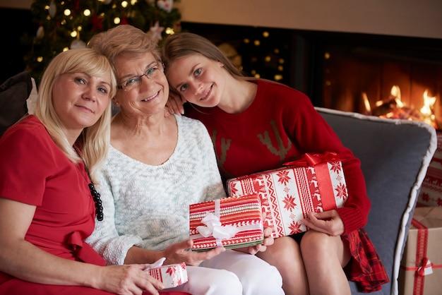Trzy pokolenia piękna w okresie świątecznym