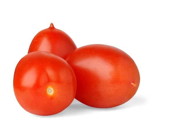Trzy pomidory śliwkowe na białym tle