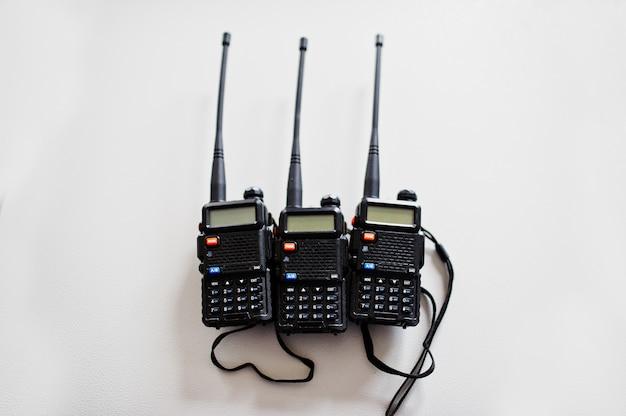 Trzy przenośne nadajniki radiowe