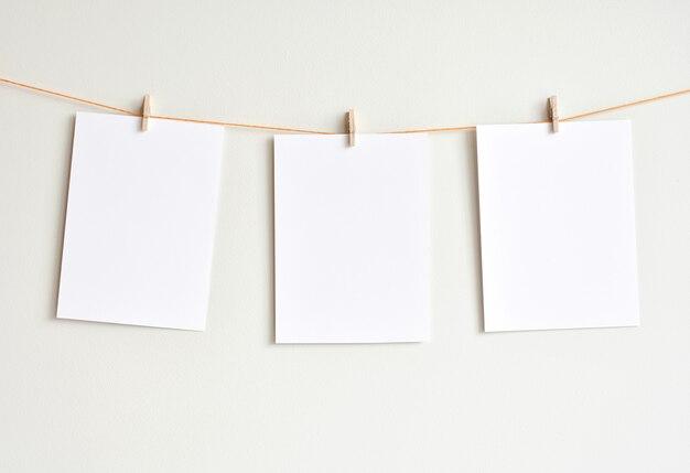 Trzy puste białe kartki wiszące na ścianie, wyśmiewaj się