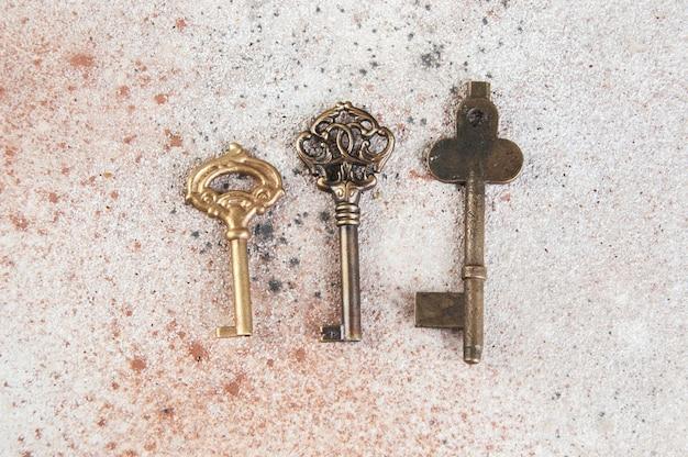 Trzy rocznika klucze na betonowym tle