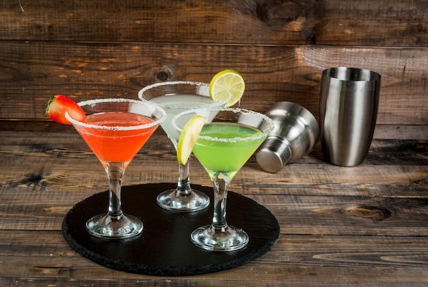 Trzy rodzaje koktajli alkoholowych z martini