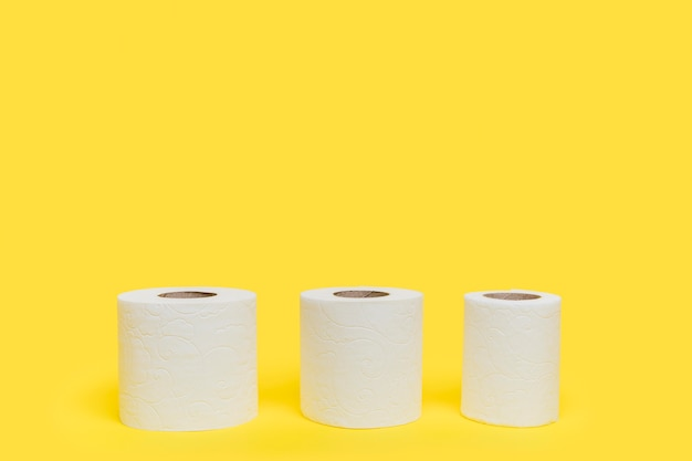 Trzy rolki papieru toaletowego o różnych rozmiarach