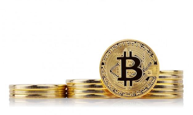 Trzy rosnące stosy i złota twarz bitcoinów stoją