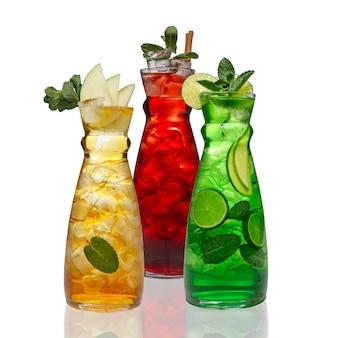 Trzy słoiki z lodowymi napojami