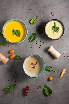 Trzy smaczne puree zupy. widok z góry
