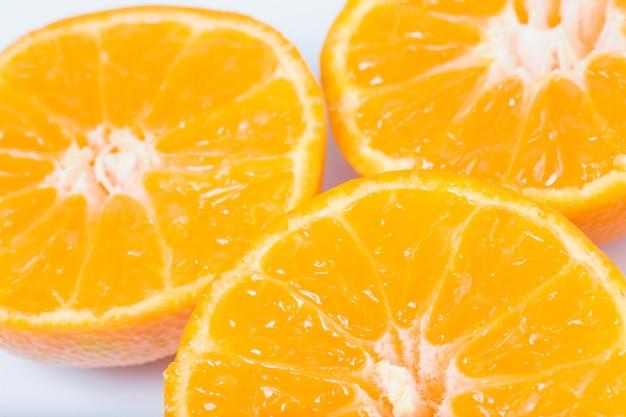 Trzy soczyste pomarańczowe witaminy podzielone połówki mandarynki