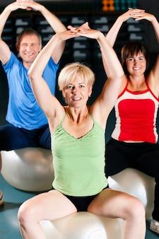 Trzy starsi ludzie w gym