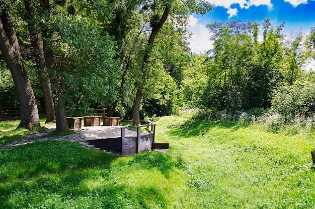 Trzy studnie na skraju lasu. piękny krajobraz