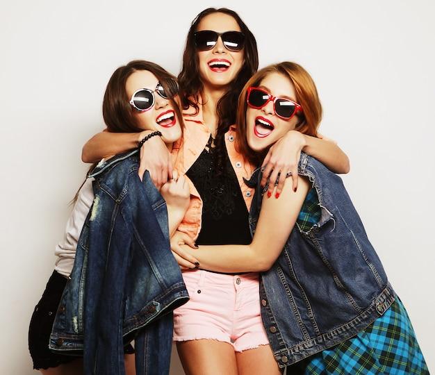 Trzy stylowe seksowne hipster dziewczyny najlepszych przyjaciół
