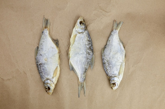 Trzy suche ryby na pergaminie