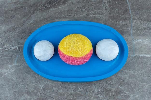 Trzy świeże ciasteczka. domowe świeże ciasteczka na niebieskim drewnianym talerzu.