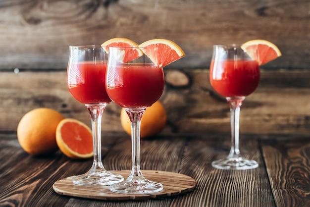 Trzy szklanki koktajlu mimosa