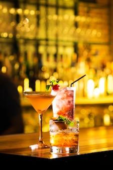 Trzy szklanki koktajlu podawać na stole barowym