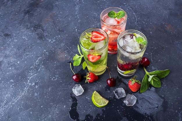 Trzy szklanki orzeźwiającego, chłodnego napoju detoksykacyjnego z truskawkami