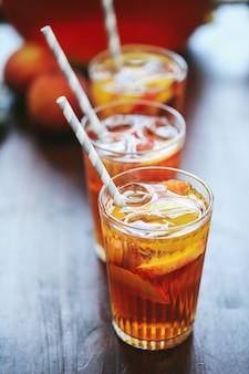 Trzy szklanki soku brzoskwiniowego na stole