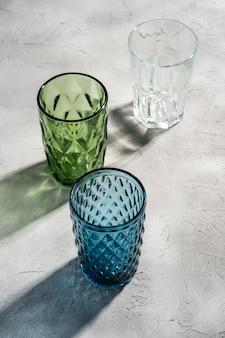 Trzy szklany geometryczny kubek w kolorach niebieskim, zielonym i przezroczystym