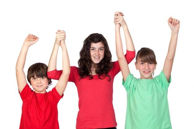 Trzy uroczego brata świętuje ich sukces odizolowywającego na białym tle
