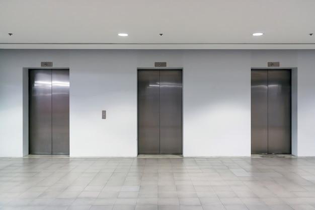 Trzy wewnętrzne drzwi windy z niskim światłem