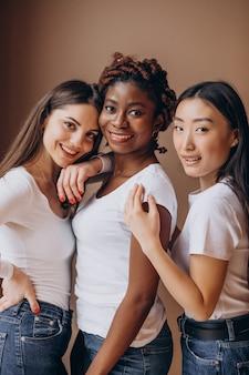 Trzy wielokulturowe dziewczyny razem